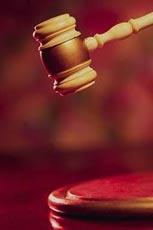 שופט נגע במבושיו במהלך משפט בעזרת מקל השופט: קיבלתי את המקל מחבר