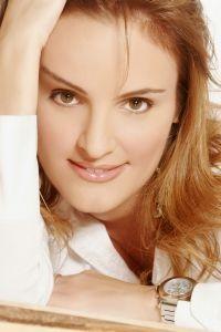 עמוס אטינגר ינחה את המופע 'בין ברודווי לשאנז אליזה' עם ג'ודי בכר ותזמורתה.