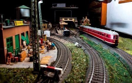 תערוכת מכוניות ורכבות במתחם התחנה בת
