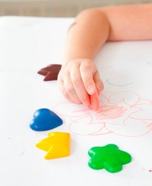 צבעי ילדים המיוצרים על ידי עמותת אנוש נמכרים בסניפי רשת