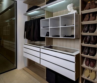 לפני שמסדרים את הבגדים, מסדרים את הארון