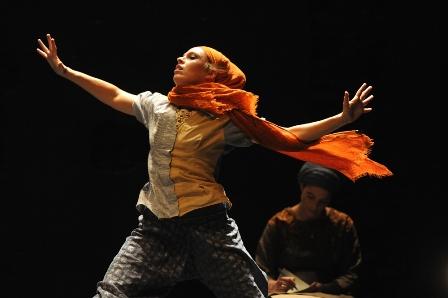 נשים רוקדות באמונה, בין קודש ל(מ)חול