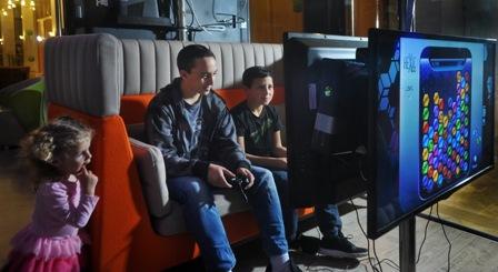 מבלים את החופש הגדול עם סבא וסבתא בחדר משחקי מחשב אינטראקטיבי