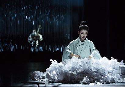 הכוריאוגרפית יאנג לי-פינג במחול 'תחת מצור'
